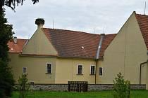 Dlouhonozí ptáci už odlétli. Čapí hnízdo na komíně moraveckého zámku osiřelo.