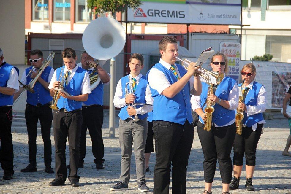 Dvaadvacátý ročník Slavností jeřabin zahájil průvod, v jehož čele kráčeli nepřehlédnutelní obři z Flobecqu. Kulturní festival, do jehož organizace se zapojilo hned několik městských subjektů, potrvá až do 18. září.
