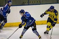 Velké Meziříčí (v modrém) doma na úvod čtvrtfinále play-off zdolalo hokejisty Velké Bíteše 3:1.