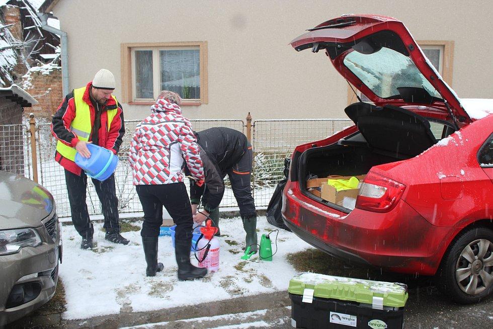 Veterináři z Krajské veterinární správy v Jihlavě utratili šest slepic a kohouta také v sousedním chovu Marty Němcové. Utracenou drůbež odnášejí v pytlích, aby udělali v laboratořích další rozbory. Prostory po utracené drůbeži vydezinfikovali.