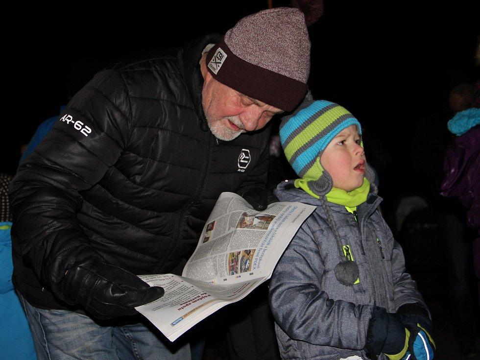 Před kostelem svatého Ondřeje ve Vojnově Městci zpívalo ve středu 13. prosince koledy na sto padesát dětí a dospělých. První tón udával starosta Karel Malivánek.