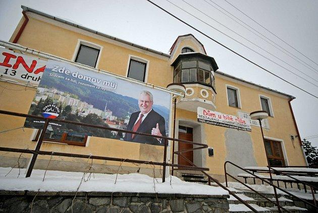 NA PIVO. Jednou z nejznámějších hospod na Vysočině se stala doslova přes noc hostinec U Bílé růže v Novém Veselí. Mezi místní tam dochází i Miloš Zeman.