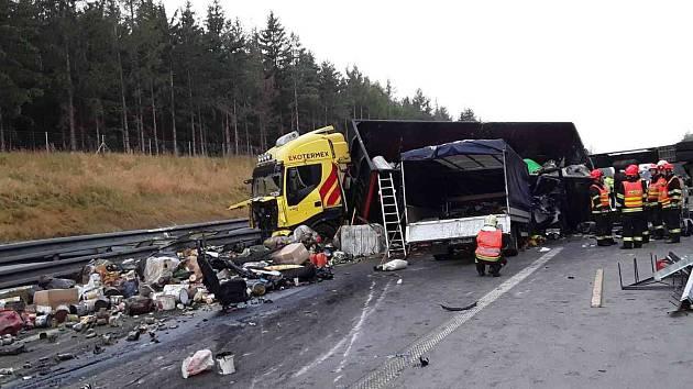 Při nehodě se střetl nákladní automobil s dodávkou.