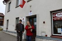 Ve volební místnosti v Novém Veselí se ani pár minut před koncem voleb dveře netrhly.