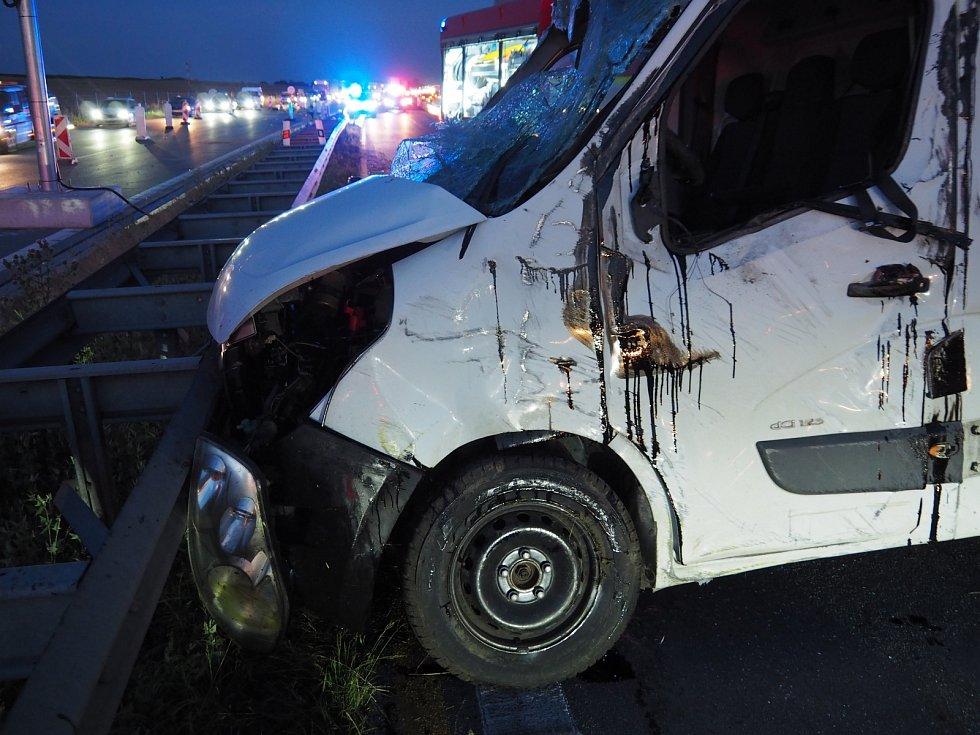 V dodávce, kde mohou jet na předním sedadle kromě řidiče pouze dvě další osoby, převážel muž celkem šestnáct lidí.