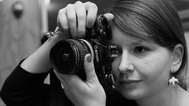 Mladá fotografka portrétuje nejraději v plenéru, ale především kvůli snímkům dětí si nyní ve Žďáře nad Sázavou otevřela vlastní ateliér. Chce v něm dokázat, že ateliérová fotografie má i po smrti deskových přístrojů a nástupu zrcadlovek a mobilů právo na