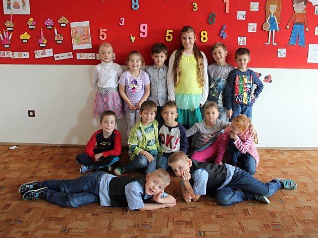 Na fotografii jsou žáci ze Základní školy ve Strážku. První třída paní učitelky Lucie Christianové. Příště představíme prvňáčky ze ZŠ vNížkově.
