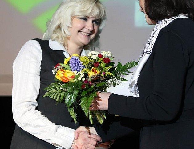 Za Martinu Sáblíkovou převzala cenu její maminka (vlevo).