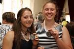 V literární kategorii zvítězila studentka gymnázia ve Žďáře nad Sázavou Lenka Nedělková (vlevo) s fejetonem Chci jen vědět proč. Ve výtvarné kategorii si prvenství odnesla studentka gymnázia v Bystřici nad Pernštejnem Veronika Kalinová (vpravo).  Foto: Iv