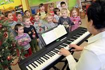 Koledy si v pondělí notovaly děti v mateřské  škole ve Vojnově Městci  pod vedením ředitelky  Jany Losenické Ondráčkové.  Už zítra a se v městysi v 18 hodin  před kostelem svatého Ondřeje  přidají k akci Deníku Česko zpívá  koledy