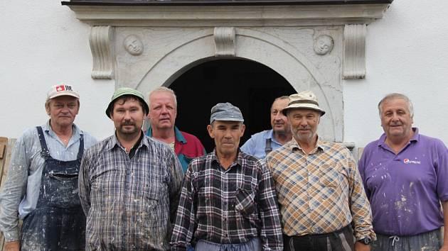 Poprvé po osmnácti letech mohli farníci ve Strážku otevřít dokořán okna v kostele svatého Šimona a Judy. K tomu jim dopomohlo lešení, které slouží malířským mistrům, již si vzali svatostánek do parády.