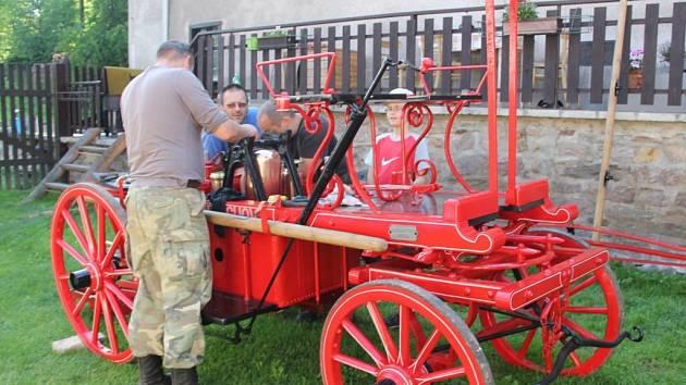 Vítochovští hasiči slaví výročí  K jubileu si pořídili nový prapor a také obnovili stříkačku koupenou v roce 1925.