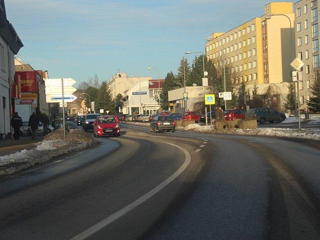 Údržbu komunikací solením praktikuje novoměstská radnice na několika místech. Kromě ulice Masarykovy (na snímku), Tyršovy a Křičkovy se chemickým posypem udržuje také třeba ulice Smetanova nebo Makovského.