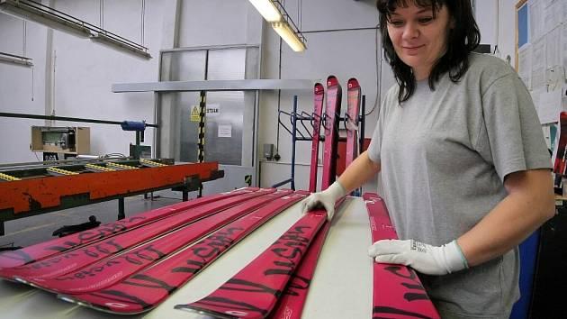 Sporten letos očekává pokles výroby na 100 000 párů lyží a snowboardů po loňských 136 000. Naopak u dodávek na domácí trh odhaduje meziroční nárůst až o pětinu.