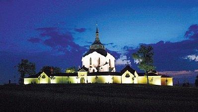 Osvětlený kostel na Zelené hoře ve Žďáře.