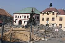 Centrum Žďáru nad Sázavou právě prochází rekonstrukcí. Autorem budoucí dominanty bude akademický sochař Jiří Plieštik. Kašna, kterou má tvořit kamenná mísa s bočním reliéfem, bude hotova do konce srpna.