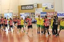 Při premiéře v evropských pohárech zdolali házenkáři Nového Veselí (v červeném) bulharskou Dobrudju (ve žlutém) vysoko 35:23.