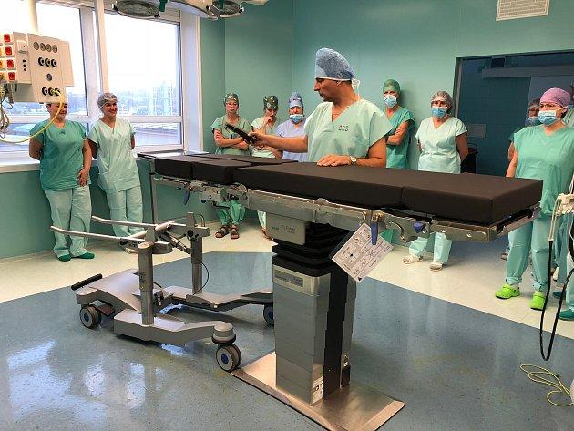 OBRAZEM: Nové operační stoly unesou i 360 kilogramů vážícího pacienta