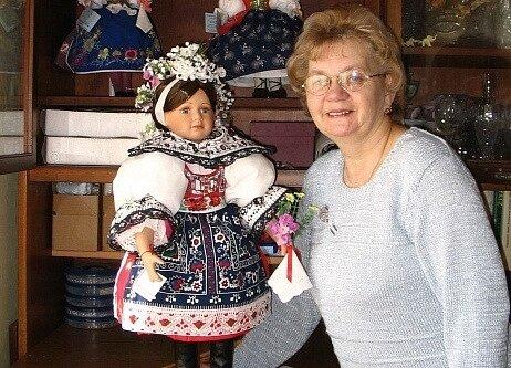 Marie Žilová z Nového Veselí má nevšední koníček. Na porcelánové panenky spolu s dcerou šíjí repliky lidových krojů.