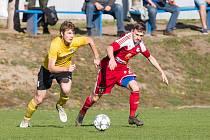Fotbalistům Velkého Meziříčí (v červeném) podzimní část letošního ročníku MSFL příliš nevyšla, na jaře tak budou mít co napravovat.