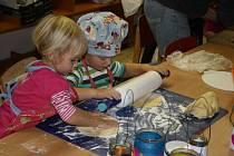 Děti v Sázavě vyráběly svatomartinské rohlíčky - tvarohové s rozinkami.