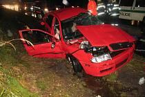 V červené Škodě Octavii (na snímku) včera zemřeli otec a syn z Brna. Matka utrpěla vážná zranění a leží v třebíčské nemocnici.