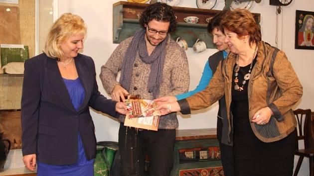 Role kmotrů se zhostila spisovatelka Věra Rudolfová (druhá zprava), senátorka a starostka Žďáru nad Sázavou Dagmar Zvěřinová (vpravo) a fotograf a režisér Jan Svatoš.