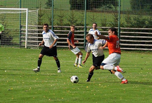 Fotbalisté Nové Vsi (v červených dresech) zaskočili Ždírec a vybojovali tak druhou podzimní výhru.