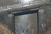 Most nad železnicí projde rekonstrukcí za deset a půl milionu korun.