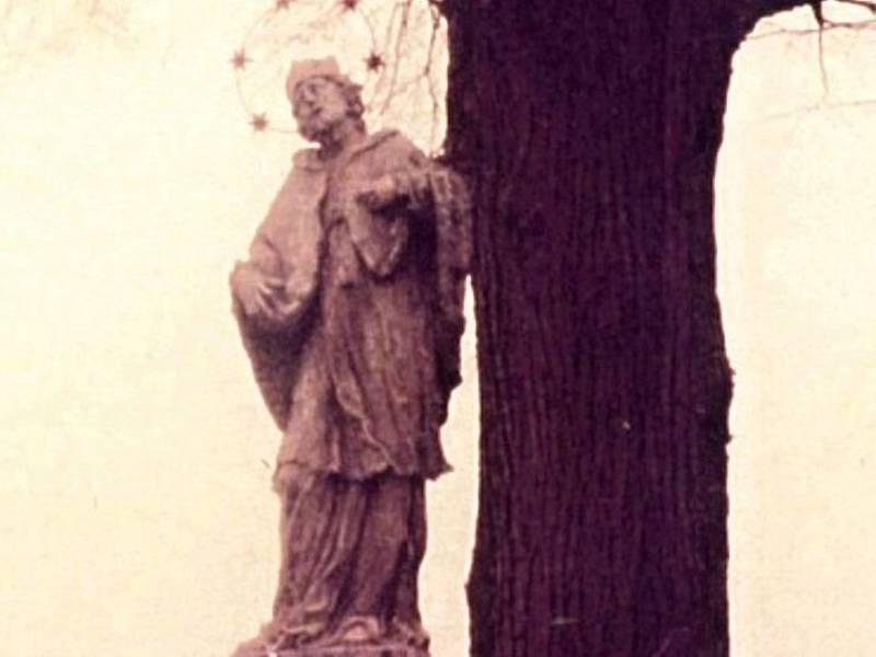 Socha  svatého Jana stávala u silnice ve směru na Strážek.