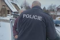 Policie paní Šárku vytahuje z policejního auta, kde seděla půl hodiny bez povšimnutí.