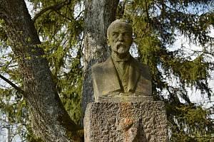 Busta Masaryka od Julia Pelikána zdobí dodnes kadovskou náves.