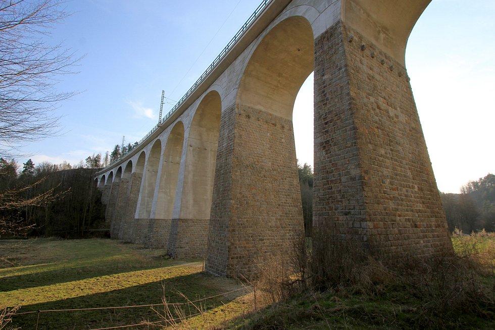 Velký železniční viadukt Kutiny - ještě pohled z druhé strany