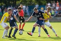 Už pomalu patnáct let provází utkání třetiligových fotbalistů Nového Města na Moravě (v modrém) svým hlasem Roman Wolker