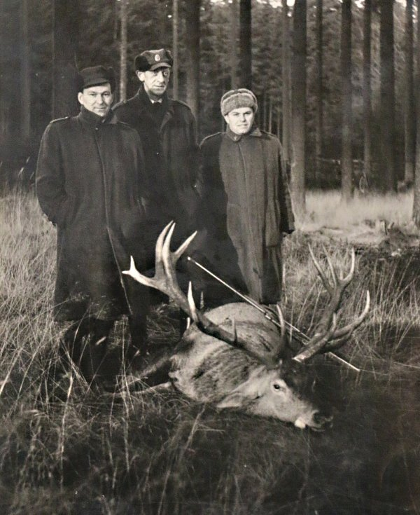 Myslivci ze Spolkové republiky Německo často přijížděli do Žďárských vrchů střílet jeleny. Jeden z nich ulovil i krále jelenů, majestátního dvacateráka. Foto: archiv