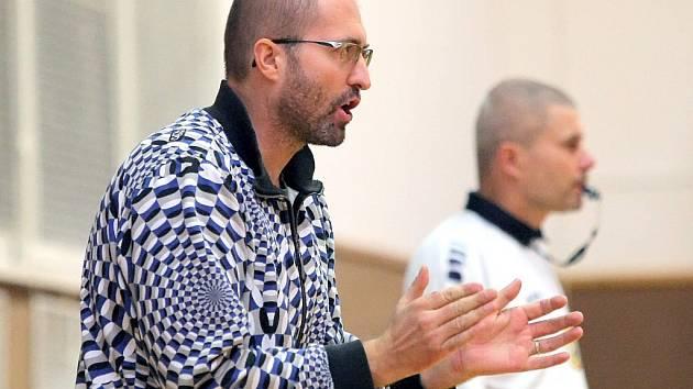 Trenér Petr Veselý může svým svěřencům zatleskat. I přes dvě porážky na závěr podzimu drží TJ Žďár první místo ve druhé lize mužů.