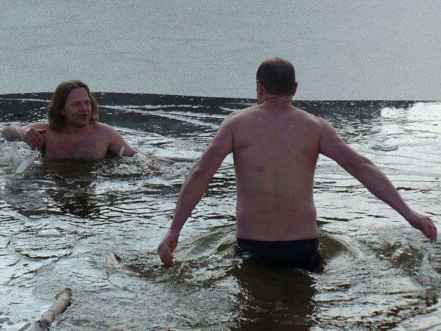 Koupel v ledové tříští - místní novoroční zvyk má ve Víru mnohaletou tradici. Starosta Ladislav Stalmach (vlevo) se v čele vírských otužilců v přehradě smočil například v roce 2008.