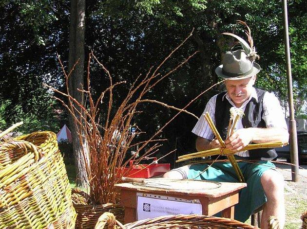 Dvaapadesátiletý Pavel Bureš ze Svratky jezdí své umění předvádět po různých akcích.