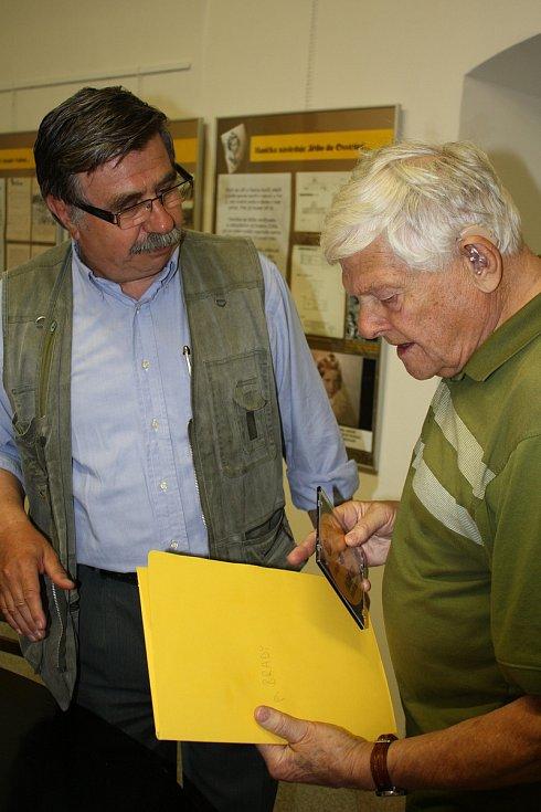Jiří Brady  do Nového Města na Moravě rád a často jezdil, měl tam spoustu přátel a v roce 2009 mu bylo městem uděleno i čestné občanství.