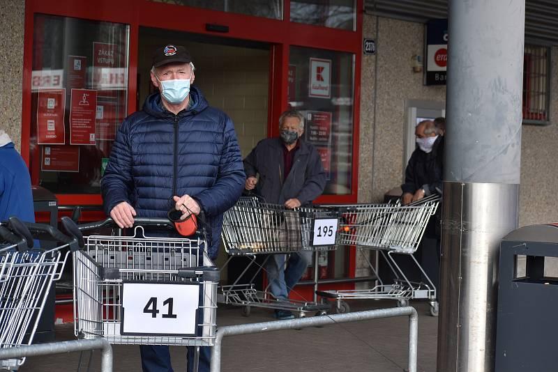 Nakupování při koronavirové pandemii, ilustrační foto.