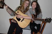 Tereza Syslová a Martina Hájková hrály a zpívaly celé dopoledne dětem hospitalizovaným v novoměstské nemocnici.