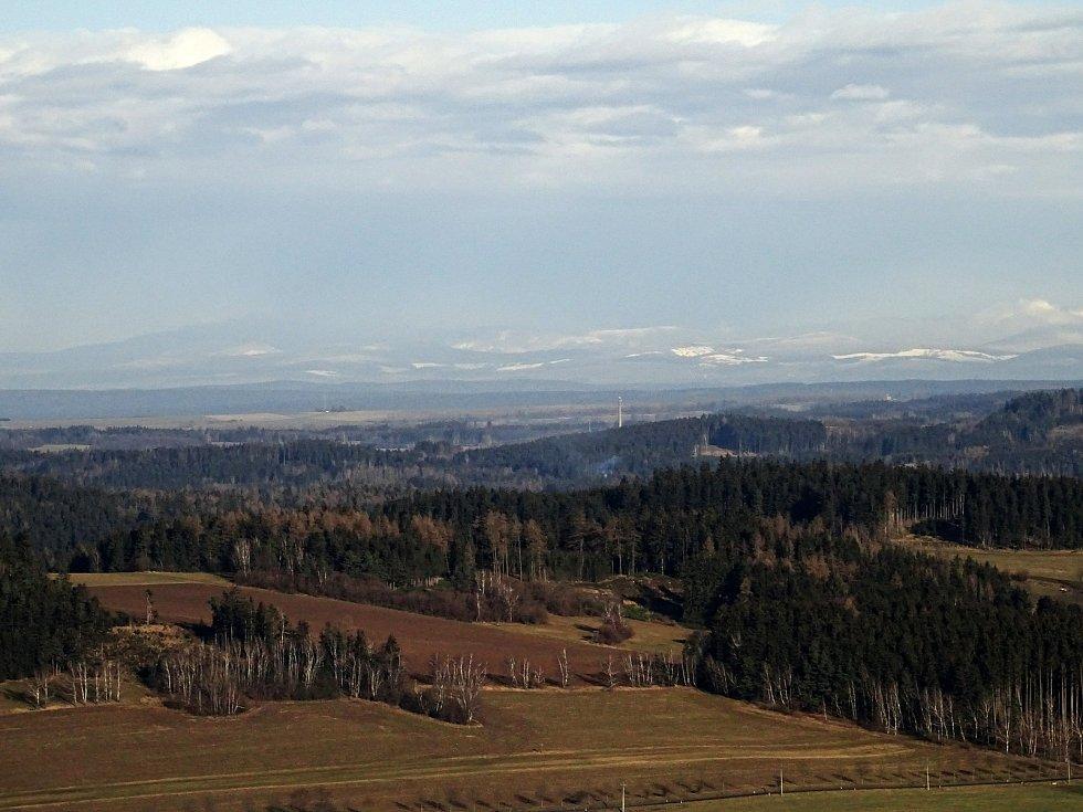 Pěkný výhled je i z Kamenice, kde je také umístěn památník boučků.