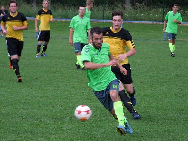 O překvapení se v minulém kole postarali hráči Moravce (ve žlutém) výhrou na hřišti vedoucí Náměšti 4:0.