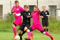 Vzájemná derby mezi fotbalisty Počítek (v růžovém) a rezervy FC Žďas (v černém) pokaždé slibují napínavou podívanou, která diváky nudit rozhodně nebude.