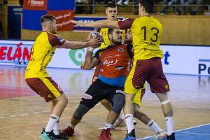V úterním televizním utkání doma podlehli házenkáři Nového Veselí (v červených dresech) pražské Dukle (ve žlutém) 23:29.