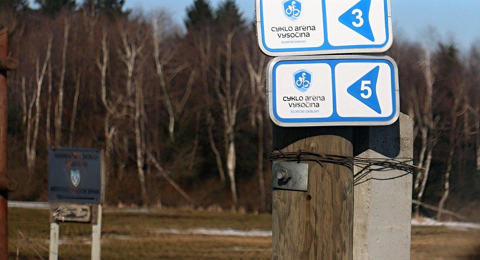 Cesta na Vlachovice a Tři Studně okolo Vysočina areny.