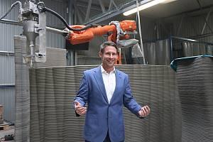 Firma ICE představila budoucnost ve stavebnictví. 3D tisk betonu. Na snímku zakladatel firmy ICE a žďárský patriot Tomáš Vránek.