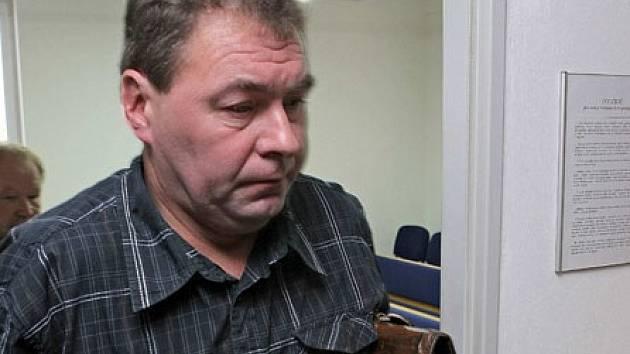Takhle odcházel bývalý starosta Lipnice nad Sázavou Ladislav Horký od havlíčkobrodského okresního soudu 18. října 2012. Do vězení, kam ho letos v květnu poslal Vrchní soud v Praze, však zatím nenastoupil.