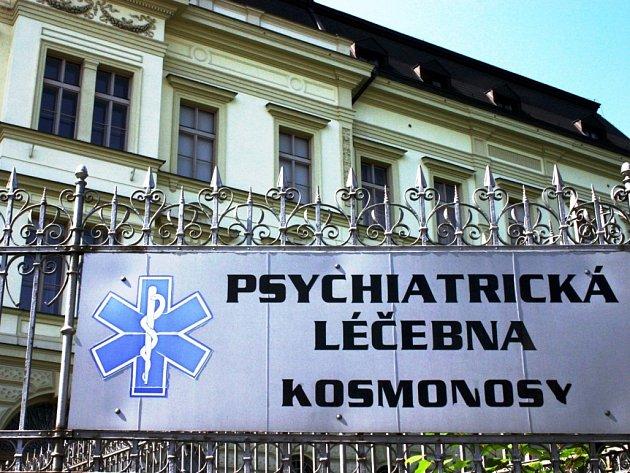 PODOBNÁ ZAŘÍZENÍ DOBŘE ZNÁ. Dopita byl už více než desetkrát hospitalizován v různých psychiatrických nemocnicích. Agresivně například napadl zdravotní sestru, ohrožoval ji chirurgickými kleštičkami, které vzal v ošetřovně. Napadal  i mužské zaměstnance.