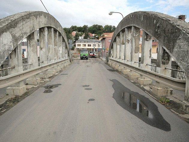Obloukový most v Třebíčské ulici ve Velkém Meziříčí se město chystá opravit, na projektu už se pracuje. Současný most je z roku 1924.